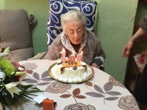 L'Ajuntament visita una veïna centenària